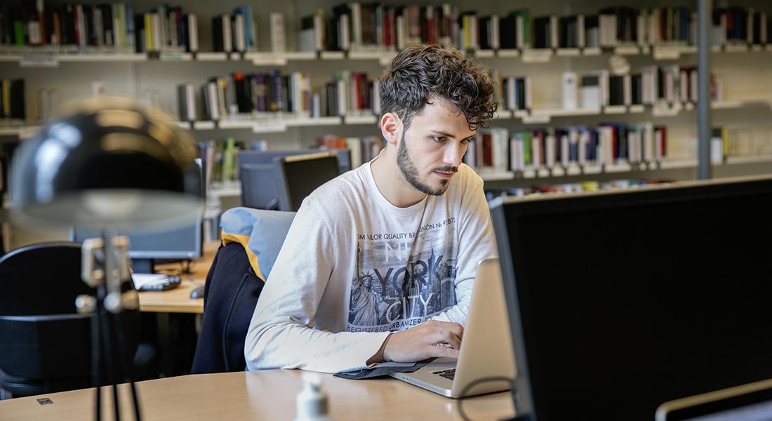 PhD student lecturing at whiteboard. Photo: Sara Galbiati